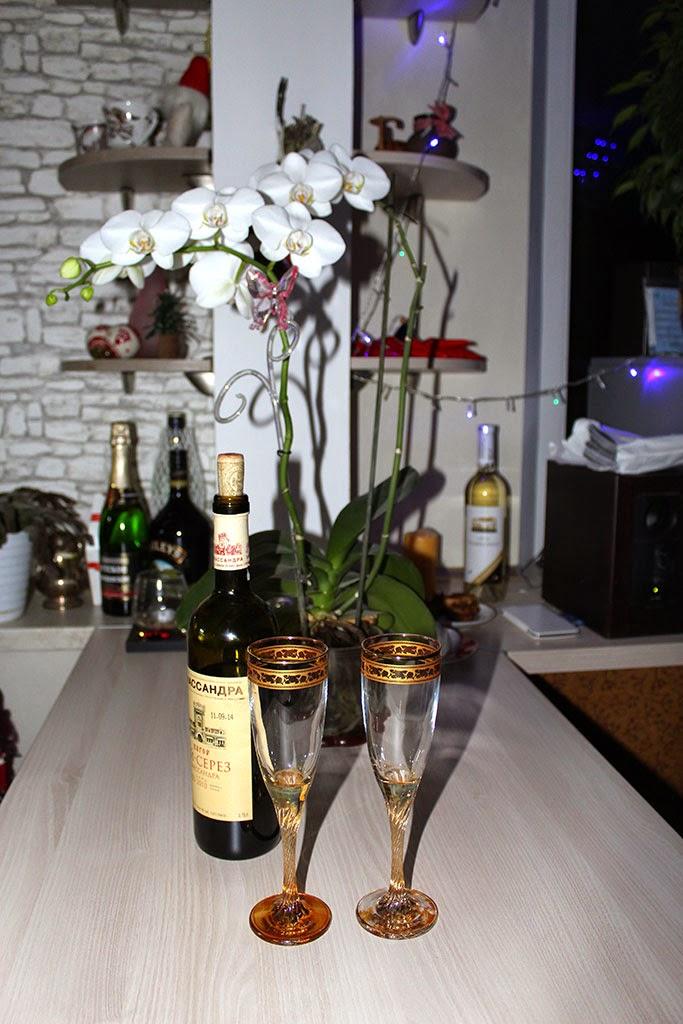 Бокалы для вина и цветущая орхидея