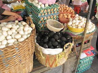 На переднем плане чёрные маринованные в золе яйца - в Phsar Thmei - центральный рынок в Пномпене, Камбоджа Есть и быть www.EatAndBe.ru