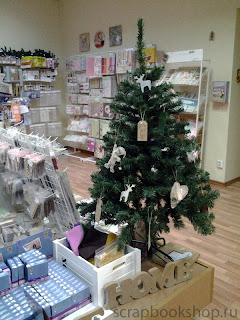 Новогодняя елка в скрап-магазине Скрапбукшоп. Товары для оформления фотографий и создания открыток.