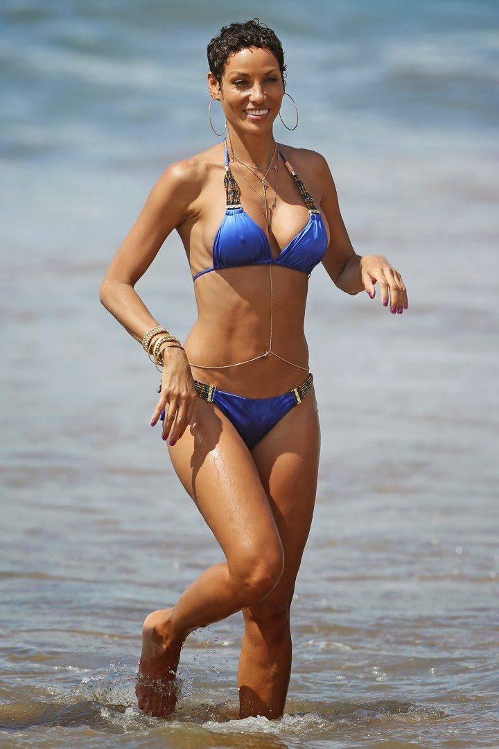 Nicole Murphy prances around in a Blue Bikini as she gives her glimpse in Hawaii