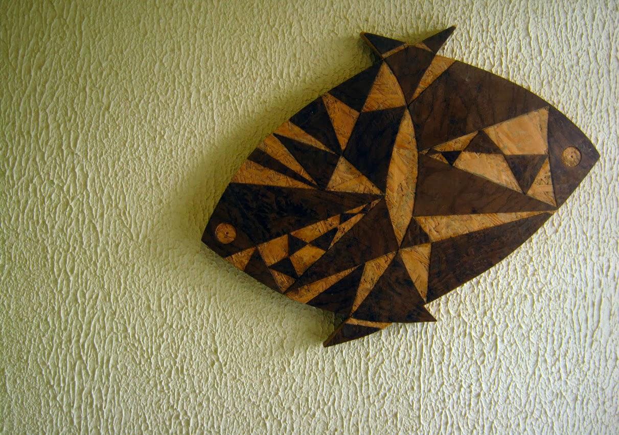 Dois Peixes - circa 2011. Trabalho em madeira exposto no escritório deste arquiteto em Paulínia.