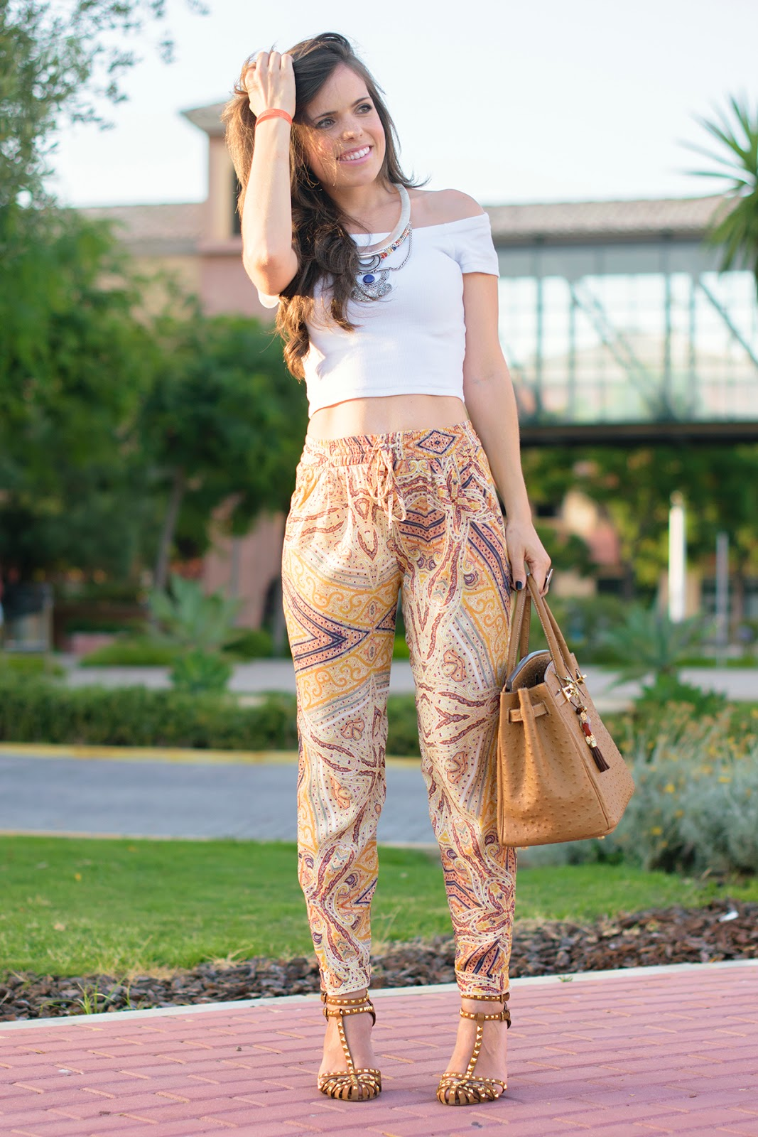 Look boho chic con Crop Top y pantalones baggy de Zara
