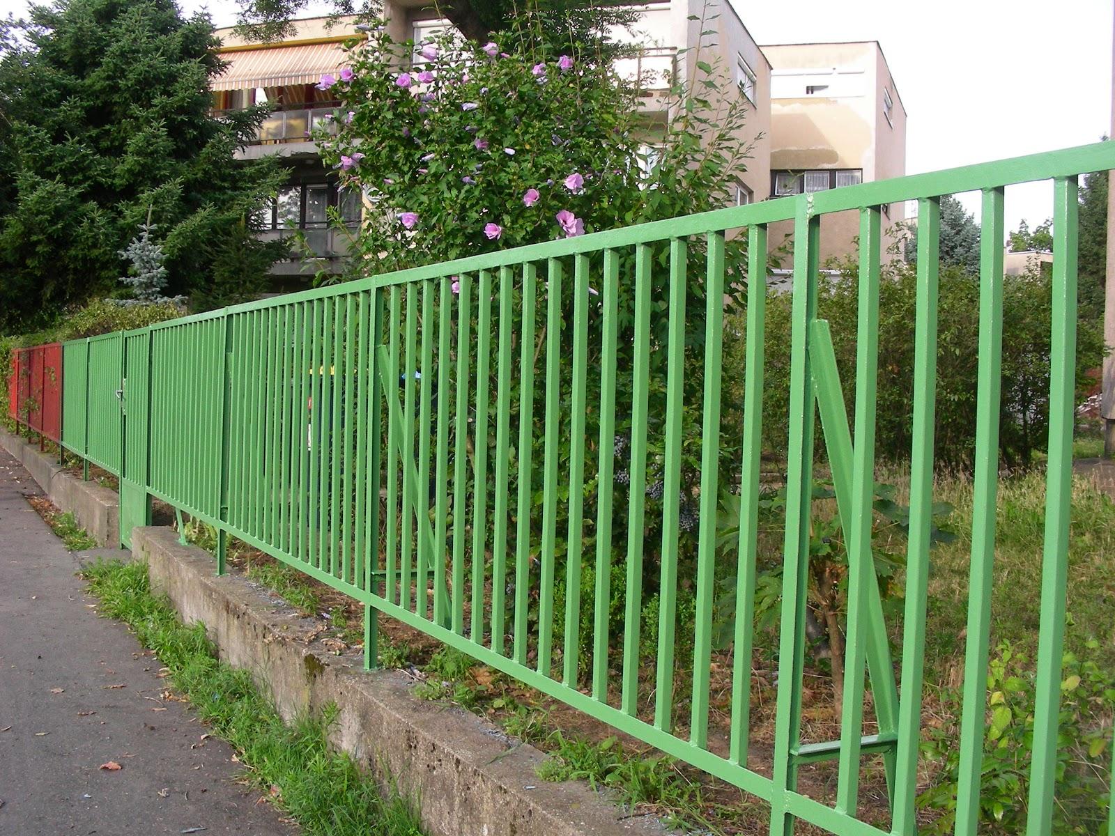 Festett kerítés.