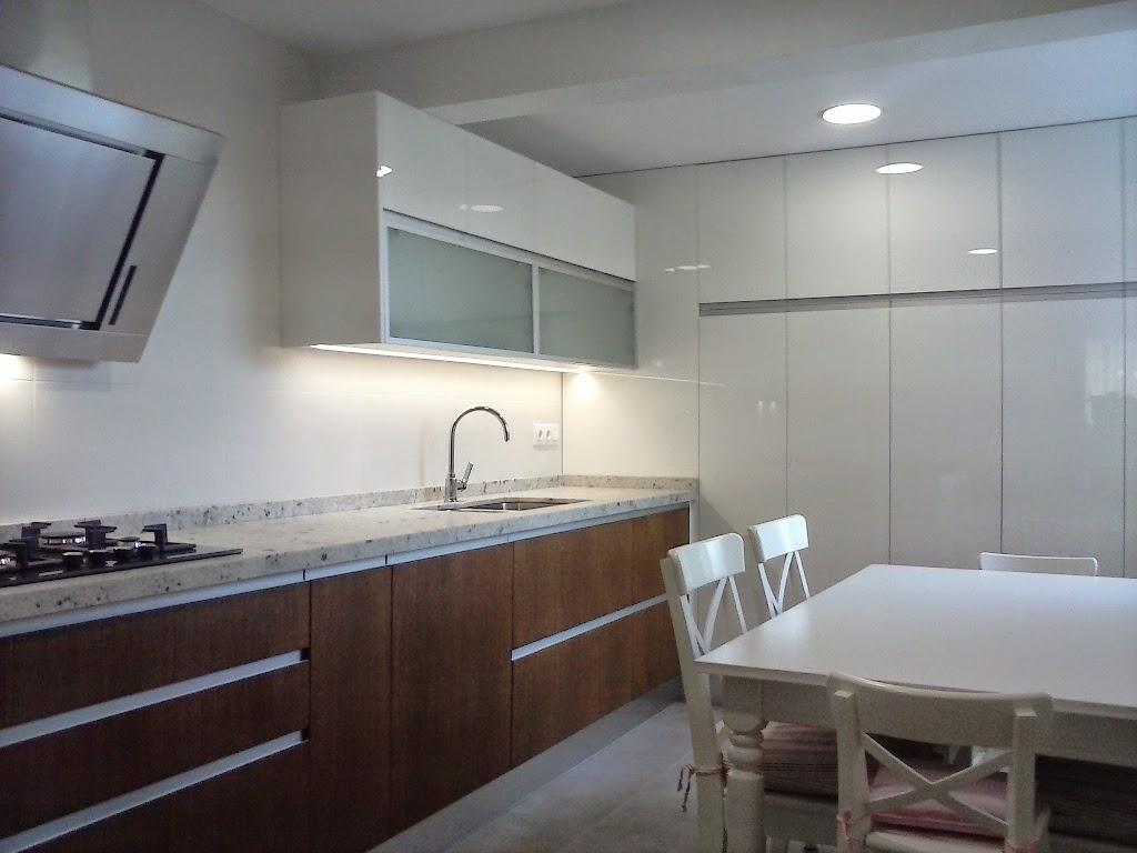Reinventando el lugar para cocinar y convivir cocinas for Muebles altos de cocina