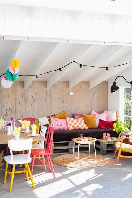 Kolorowe poduszki i kolorowe krzesła w aranżacji wnętrza