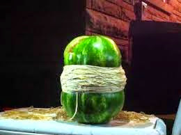 Ότι να ναι… πώς να κόψετε ένα καρπούζι στα 2 μόνο με λαστιχάκια