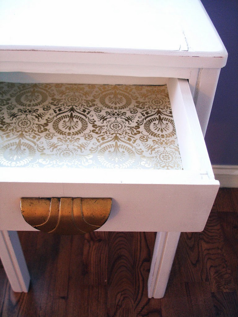 http://www.canyoucomehome.com/2011/01/diy-simple-white-accent-table.html