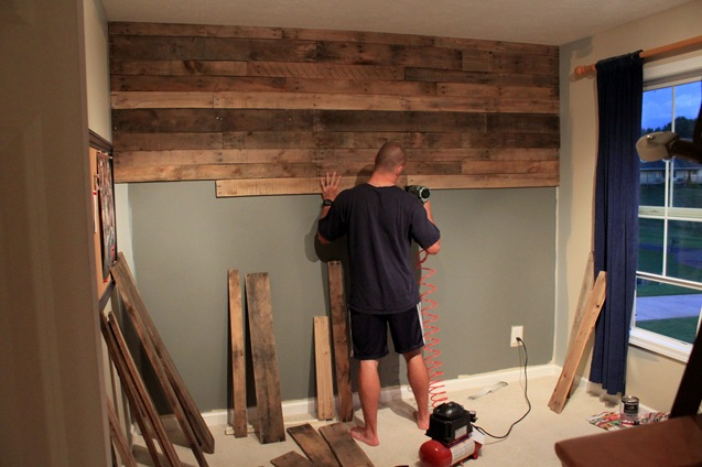 Paletes de madeira viram forro de parede