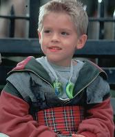 """Lembra do garotinho de """"O paizão""""? Ele cresceu e está um gato!"""