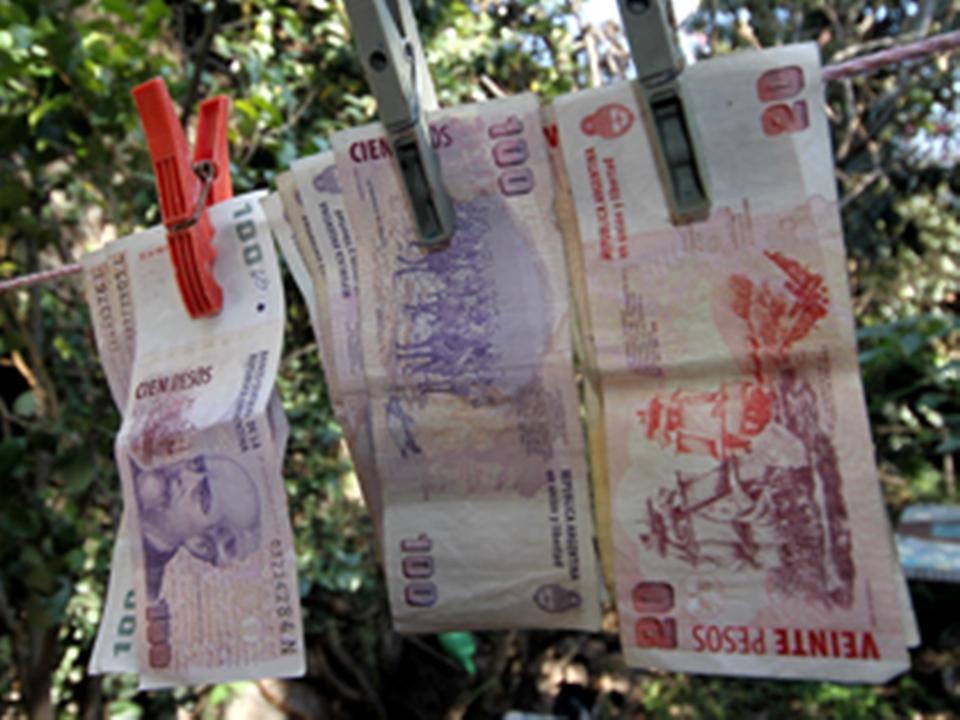 Investigan a pareja por lavado de dinero
