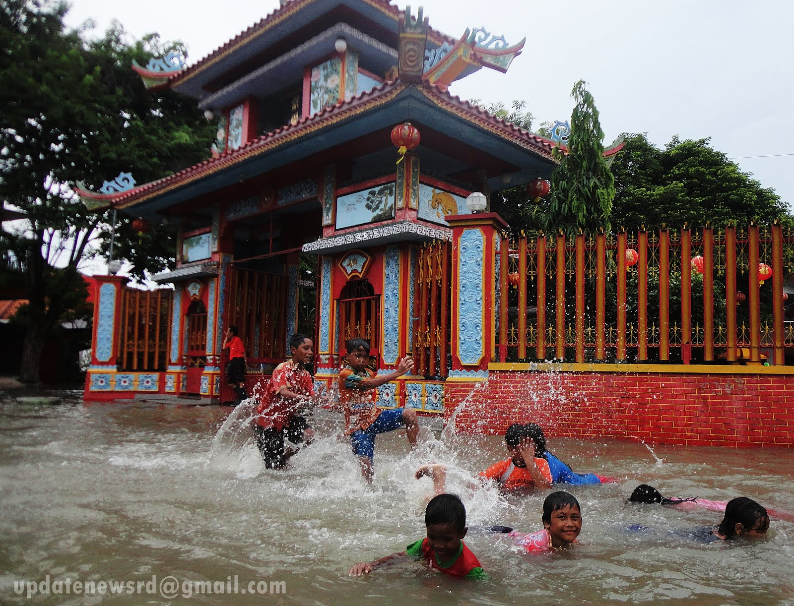 Banjir mewarnai perayaan Imlek di Klenteng Tjong Hok Kiong di Jalan Hang Tuah Sidoarjo Sejumlah anak bermain air di depannya Foto Wawan
