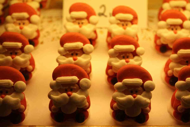 Die Weihnachtsmänner im Café Habakuk in der Linzer Gasse © Copyright Monika Fuchs, TravelWorldOnline