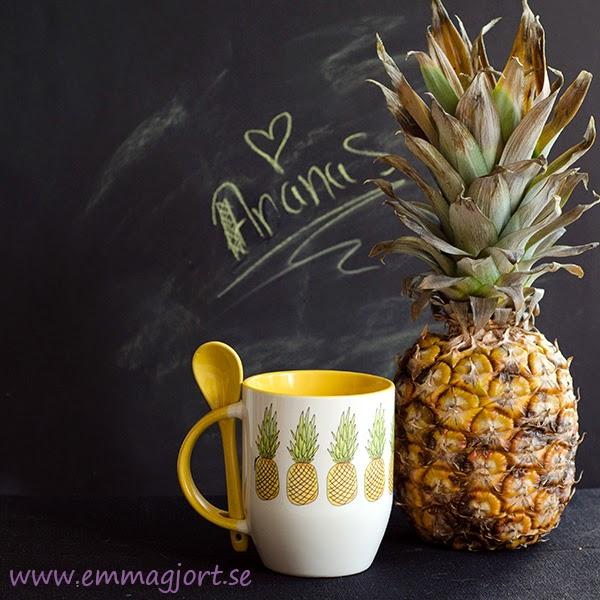 mygg med ananaser och en ananas