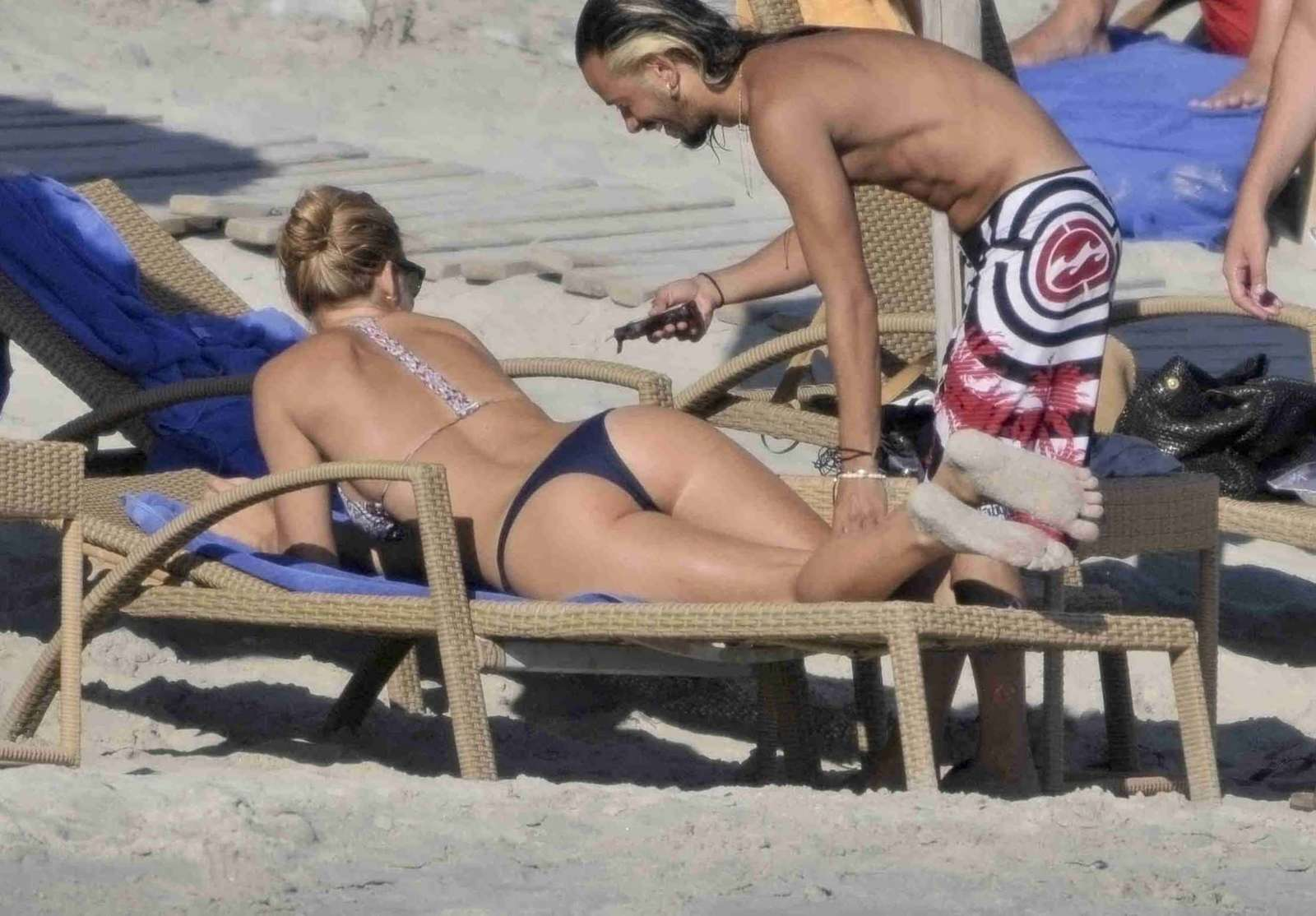 http://3.bp.blogspot.com/-YXFloQtxEdc/UEj6O7kq6DI/AAAAAAAAAPU/UQqUxBf9cnk/s1600/Bar+Refaeli+in+bikini-17.jpg