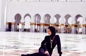 Rihanna Berhijab Di Masjid Dubai