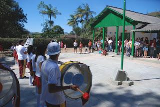Pais, moradores e convidados acompanham apresentação da Banda Dançante do Cedal
