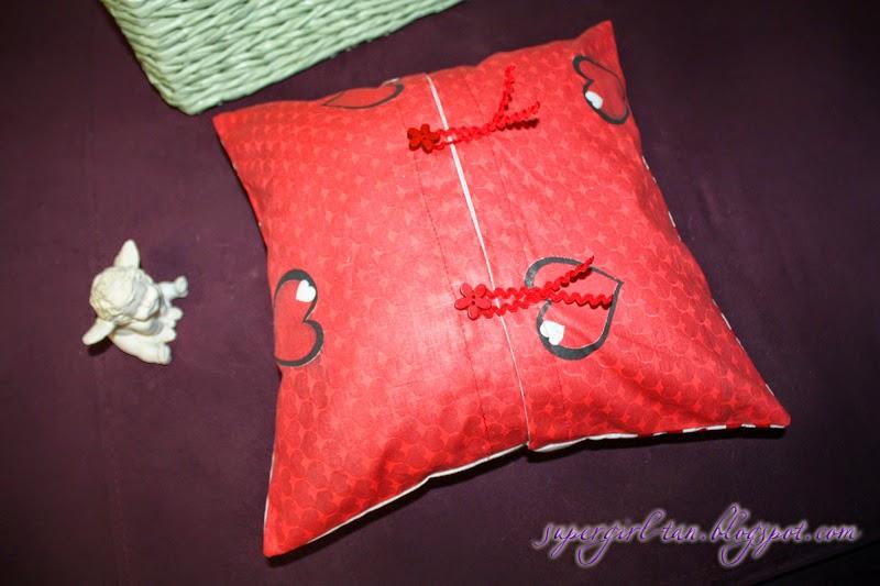 подушка в сердечки