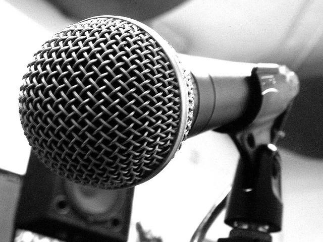 primer plano de micrófono hecho de metal