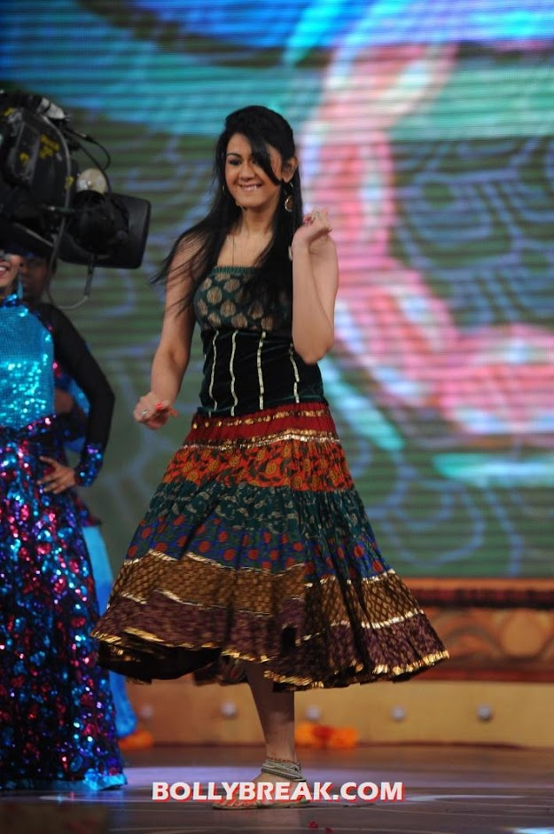 Kamna in a traditional dress dancing away at the mirchi music awards  -  Kamna jetmalani mirchi music awards 