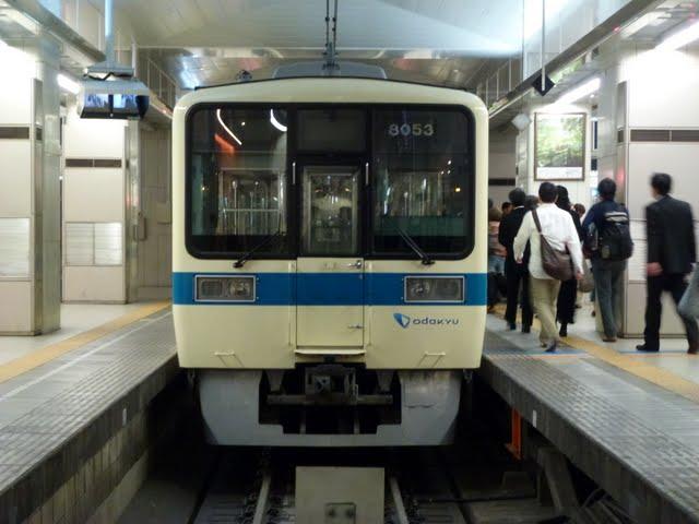 小田急電鉄 新宿駅 3・4番線ホームの渡り廊下回送列車