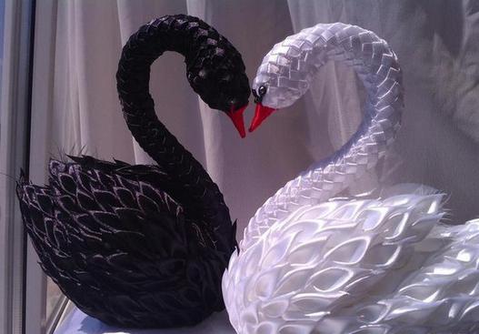Шикарные лебеди из атласных лент