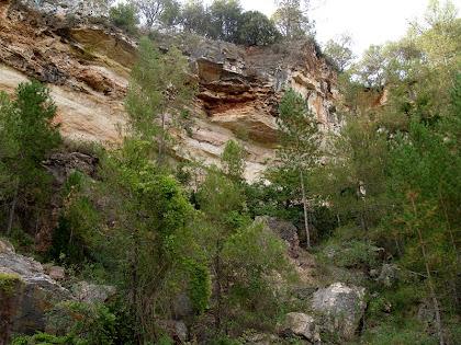 Detall de la mina Adelaida, on s'aprecia el contacte discordant entre les calcàries triàsiques més antigues(de color fosc) i les calcàries eocèniques més noves (de color clar)