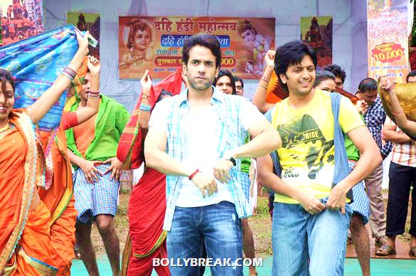 Tusshar Kapoor, Riteish Deshmukh - (5) - Riteish & Tusshar on the sets of 'Pavitra Rishta'