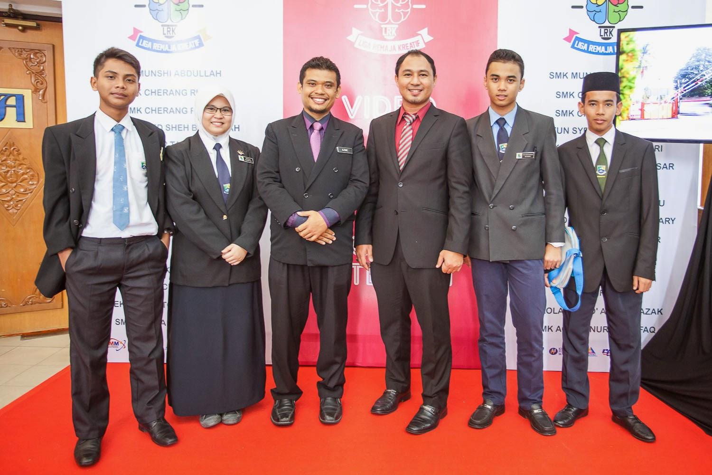 Cikgu Hailmi bergambar kenangan dengan pasukan dari SMK Bandar Tasik Puteri Selangor