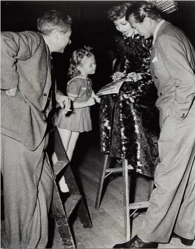 "Gary Cooper visita el plató de ""Mañana es vivir"" a finales de 1945"