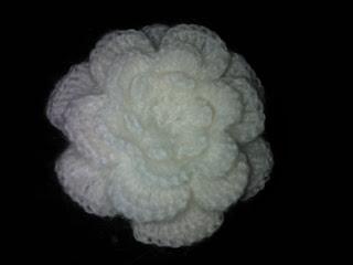 Описание вязания броши крючком.  Схема объемного цветка.  Вязаная крючком брошь может стать необычным украшением...