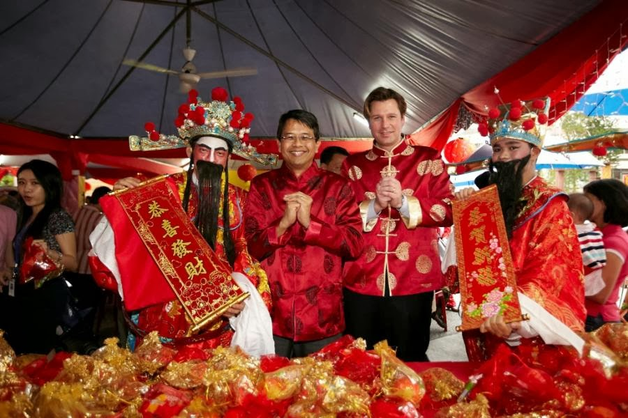 chinese new year celebration in malaysia essay Chinese new year is celebrated for sixteen days (from new year's eve to the  lantern festival) the preparations start seven days before the new year's eve.