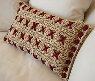 вязаные спицами подушки