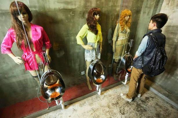 Di Toilet Ini, Pipis Sambil Di Lihatin Cewek Seksi