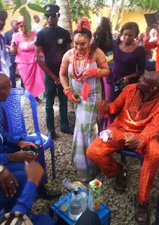 Nnamdi Kanu's sister 'carries palm wine' to her husband in Abia state (photo)