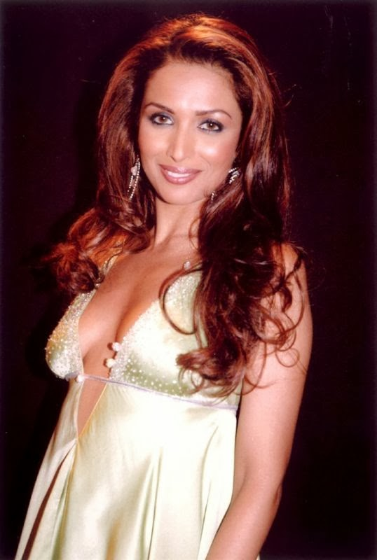 Malaika Arora Khan Hottest Unseen Cleavage Pics side view of boobs
