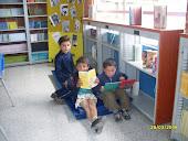 Niños felices leyendo en la biblioteca