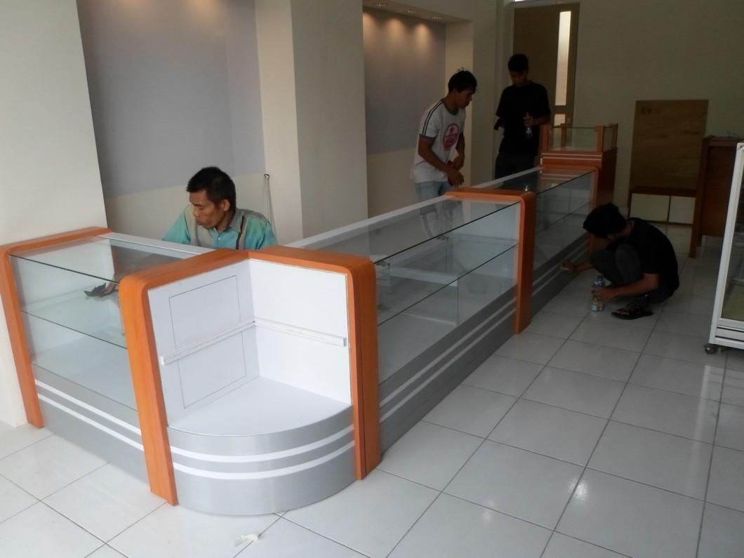 Etalase Display Toko Kacamata (Optik) Bentuk L & Kaca Lengkung - Eyewear Display Showcase - Semarang Furniture