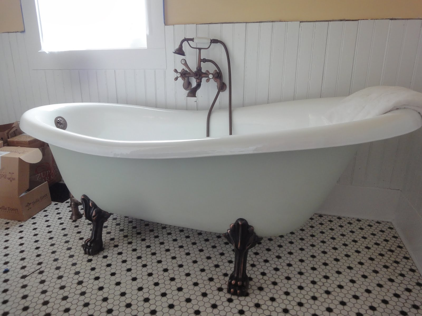 1900 farmhouse clawfoot tub fixtures for Bathroom with clawfoot tub