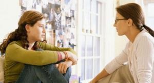 قبل زفافك إسألي والدتك هذه الأسئلة - امرأة وبنتها وابنتها تتحدثان - mom woman and daughter talking