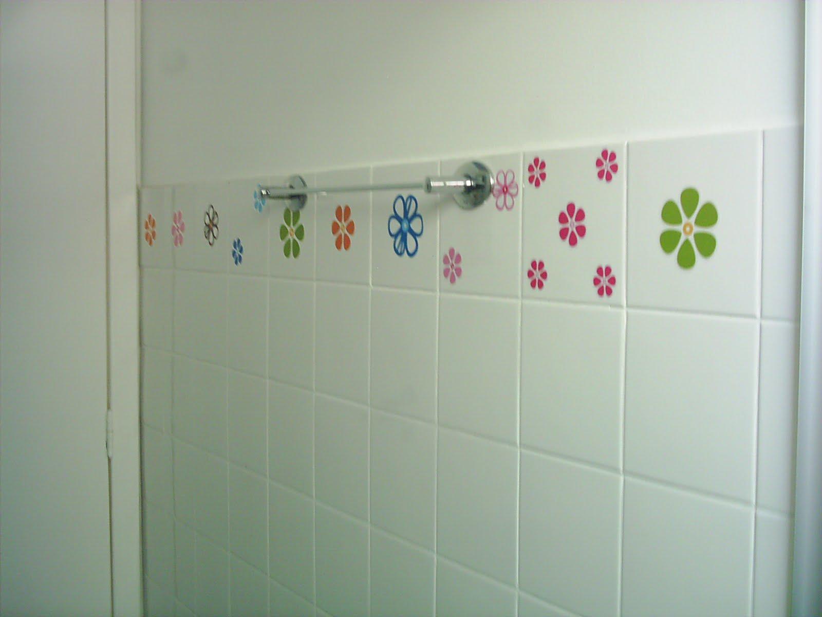 que comprei beeem baratinho no azulejo do banheiro para dar uma cor o #943738 1600x1200 Banheiro Antigo O Que Fazer