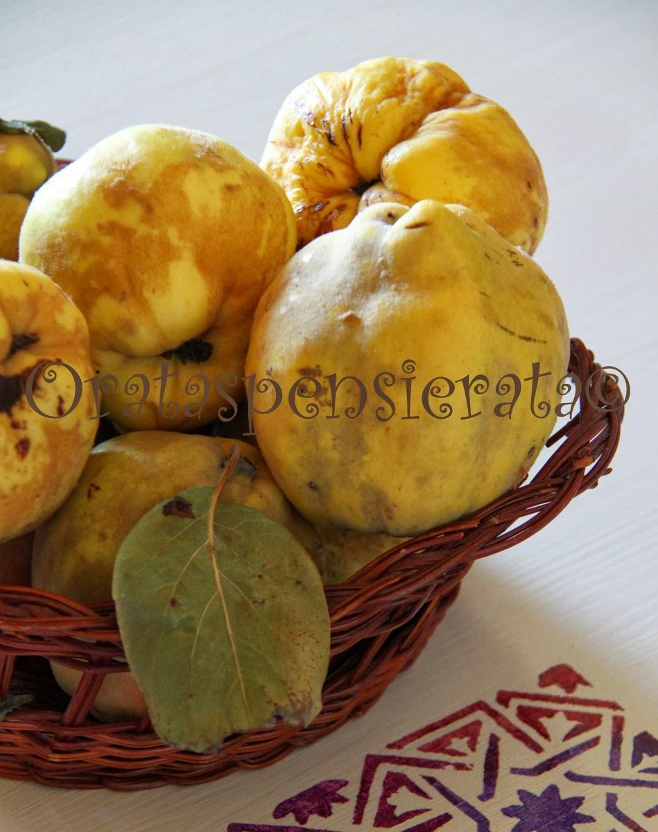 Frutti antichi su tavolo nuovo