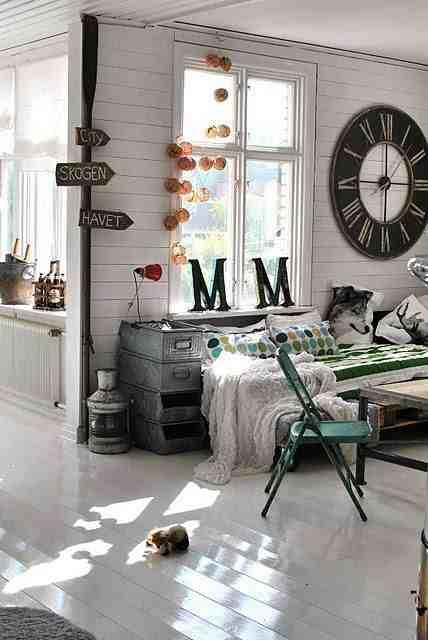 Biała podłoga z desek, eklektyczne wnętrze