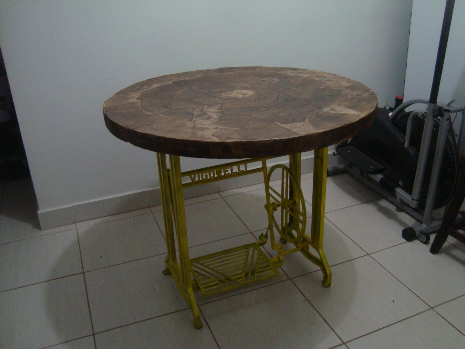 #323024  Mesa com pé de máquina antiga e tampo reciclado com filtro de café 1600x1200 px como pintar mesa de madeira com spray @ bernauer.info Móveis Antigos Novos E Usados Online
