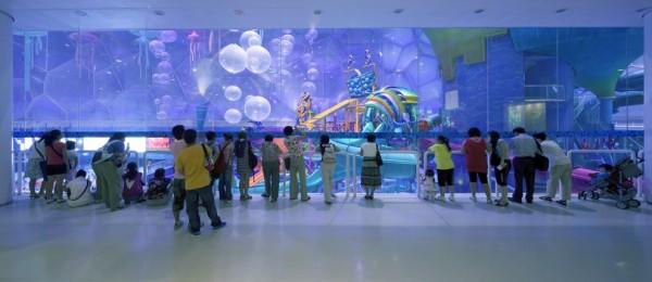 Photo of people looking at main hall at waterpark