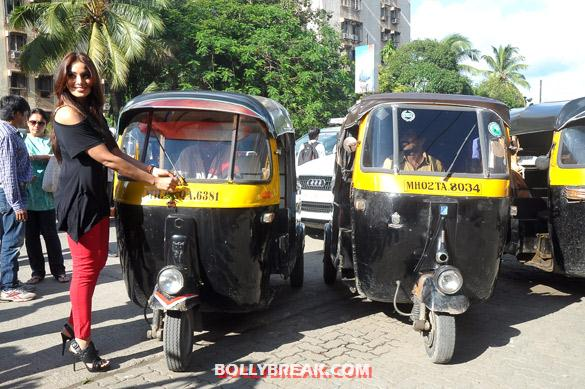 Bipasha Basu promoting raaz 3 with auto rickshaw drivers - (6) - Hot Bipasha Basu promotes 'Raaz 3' with Auto Rickshaw Drivers