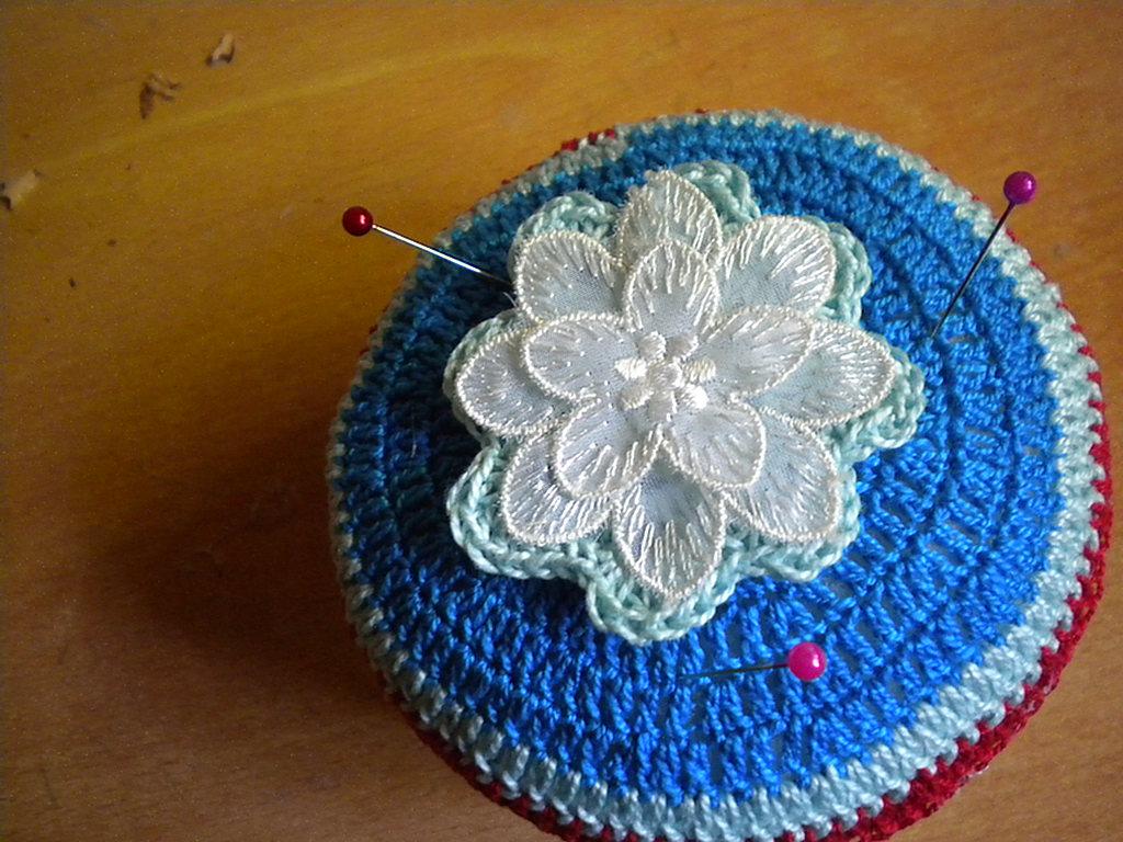 Acerico de lata de atun decorada a ganchillo | El blog de Margarita