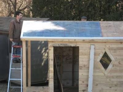 vista-de-la-terminación-del-tejado-casita-realizada-con-palets-recuperados