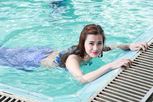 Cô trầm mình dưới hồ nước gần 10 tiếng để hoàn thành các cảnh quay. Nữ ca sĩ cho biết, khi về chiều, nước lạnh khiến chân cô tê cóng.