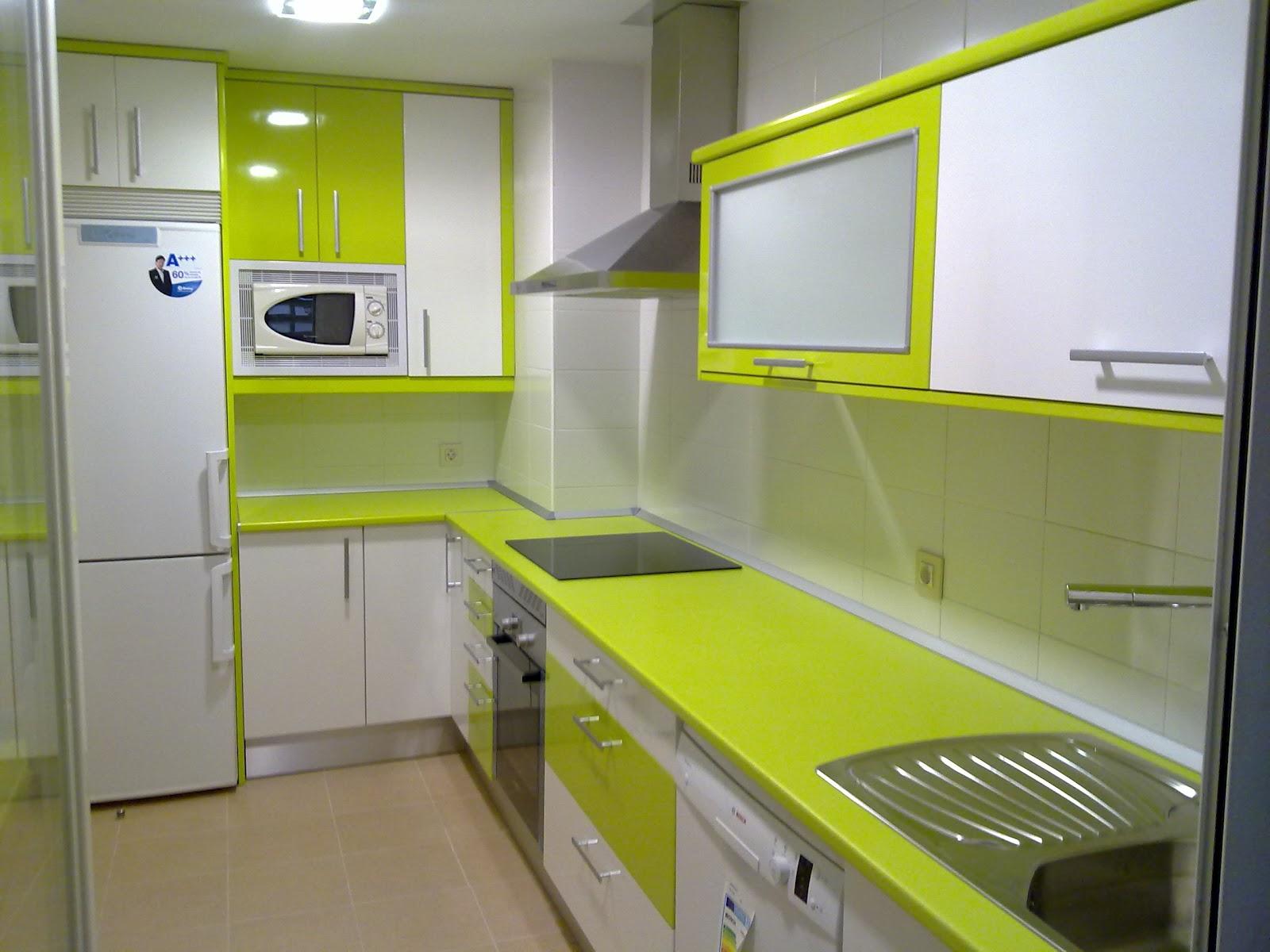 Laminado alto brillo blanco remates y encimera pistacho for Remates de muebles de cocina