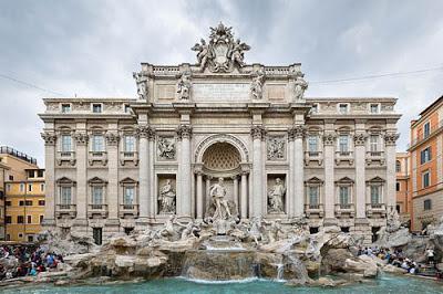 La Fontana di Trevi es la fuente más famosa de todas las de Roma por su leyenda que dice que la persona que bebe de su agua o tira una moneda en ella, tiene asegurado su regreso a Roma.